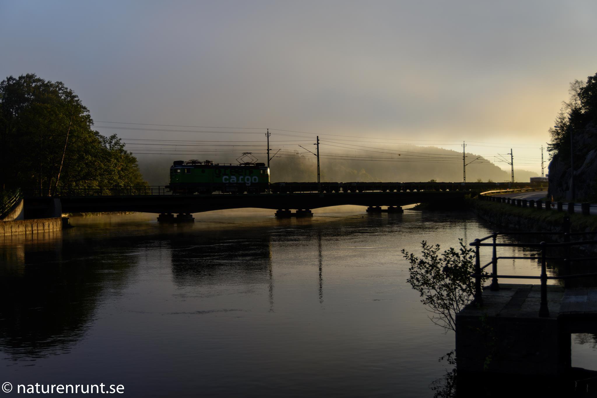 Järnvägen - störande men vacker i morgonljuset